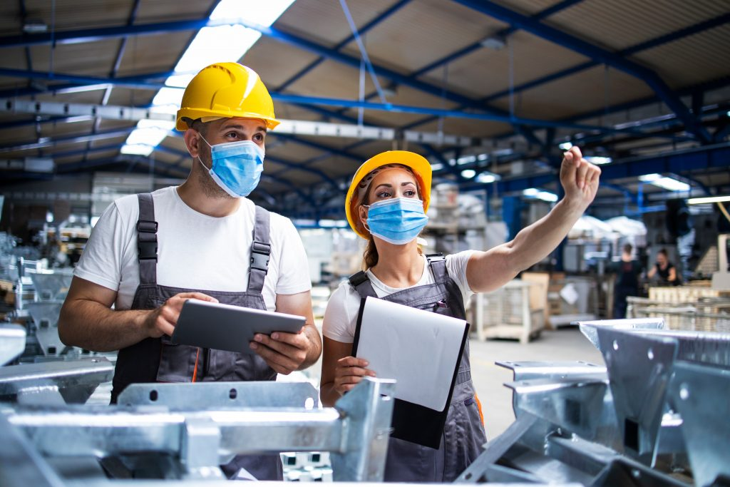 Trabajadores de Higiene y Seguridad Laboral en una fábrica.